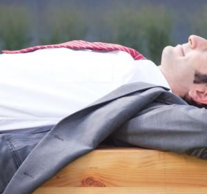 Geschftsmann mit schwarzen Haaren macht eine Pause